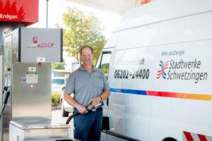 Monteur Uwe Hermann vom technischen Team betankt eines der Erdgasfahrzeuge aus dem Stadtwerke-Fuhrpark an der Erdgaszapfsäule am Odenwaldring